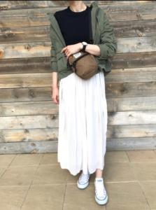 白・ホワイトのマキシ丈スカートの30代女性向けコーディネートに関する参考画像