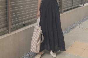 黒・ブラックのマキシ丈スカートのコーディネートに関する参考画像