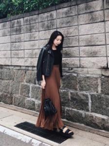 茶・ブラウンのマキシ丈スカートの30代女性向けコーディネートに関する参考画像