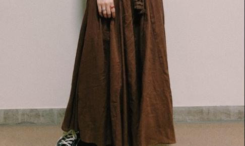 茶・ブラウンのマキシ丈スカートのコーディネートに関する参考画像