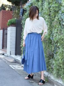 青・ブルーのマキシ丈スカートの30代女性向けコーディネートに関する参考画像