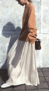 白のマキシスカートコーデに関する参考画像