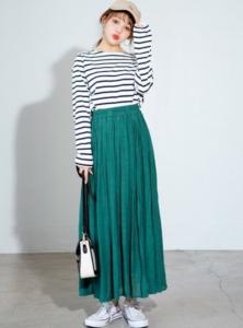 緑・グリーンのマキシ丈スカートの30代女性向けコーディネートに関する参考画像