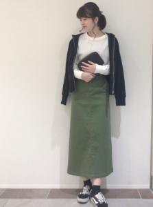 カーキのマキシ丈スカートの30代女性向けコーディネートに関する参考画像
