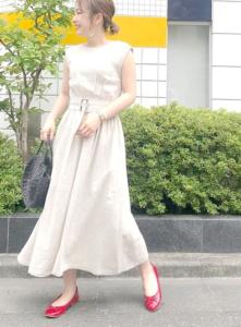 マキシ丈ワンピースの30代女性向けコーディネートに関する参考画像