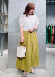 黄・イエローのマキシ丈スカートの30代女性向けコーディネートに関する参考画像
