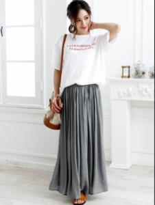 灰色・グレーのマキシ丈スカートの30代女性向けコーディネートに関する参考画像
