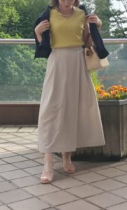 ベージュのガウチョパンツの30代女性向けコーディネートに関する参考画像