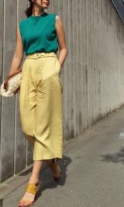黄・の30代女性向けコーディネートに関する参考画像イエローのガウチョパン