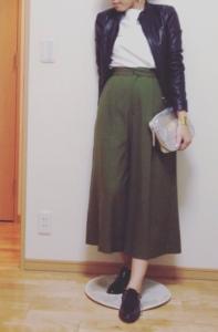 カーキのガウチョパンツの30代女性向けコーディネートに関する参考画像