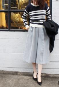 グレーのガウチョパンツの30代女性向けコーディネートに関する参考画像