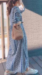 青・ブルーのマキシ丈ワンピースの30代女性向けコーディネートに関する参考画像
