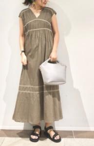 カーキのマキシ丈ワンピースの30代女性向けコーディネートに関する参考画像