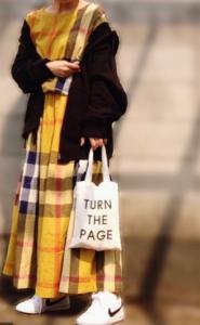 黄・イエローのマキシ丈ワンピの30代女性向けコーディネートに関する参考画像