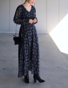 黒・ブラックのマキシ丈ワンピースの30代女性向けコーディネートに関する参考画像