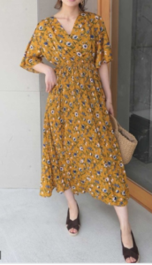黄・イエローのマキシ丈ワンピースの30代女性向けコーディネートに関する参考画像