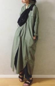 カーキマキシ丈ワンピースの30代女性向けコーディネートに関する参考画像