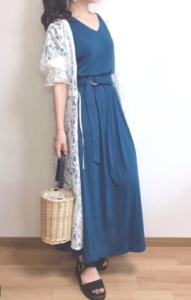ブルーのマキシ丈ワンピースの30代女性向けコーディネートに関する参考画像