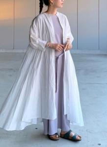 グレーのマキシ丈ワンピースの30代女性向けコーディネートに関する参考画像