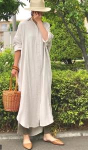 ベージュのマキシ丈ワンピースの30代女性向けコーディネートに関する参考画像
