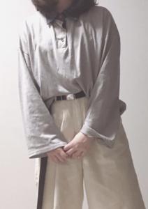 グレーのポロシャツコーデに関する参考画像