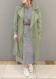 カーキのスプリングコートの30代女性向けコーディネートに関する参考画像