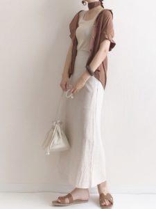 モスグリーンのブラウス×白のワイドパンツ×ベージュのかごバッグ