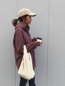 【2020年秋】ニットバッグの30代レディース向け色別流行コーデの参考画像