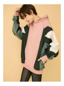 M愛すべき人がいてで安斉かれんさんが着用しているパーカーブランドの参考画像