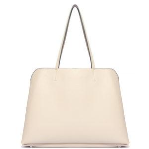 ギルティで新川優愛が着用しているバッグブランドの参考画像